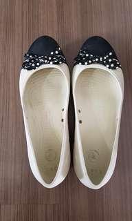 🚚 Crocs white and black. 22.5cm length 8.5cm width.