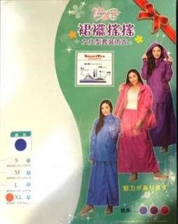 現貨 裙擺搖搖/東伸 女仕型 套裝裙式兩件式雨衣 尼龍 手套 裙裝  上衣+裙子