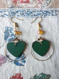 🚚 綠色木製愛心垂掛式耳環