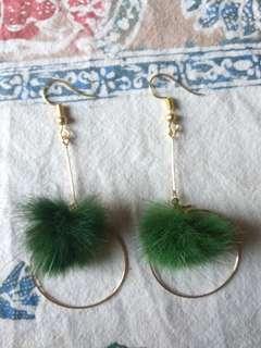 🚚 綠色毛球球垂掛式耳環