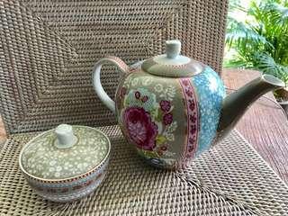 🚚 Porcelain Teapot pip studio