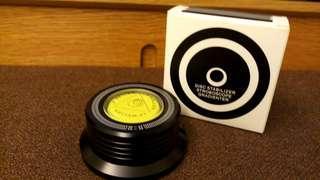 出售全新黑膠唱片鎮一個,鎮面有水平顯示,約300g重, 直徑78mm,高35mn,售150元,有意請pm我,謝謝!
