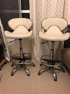 免費 白色吧椅 兩張 8成新 可旋轉較高低 堅尼地城自取