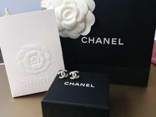 🚚 Chanel classic silver earrings