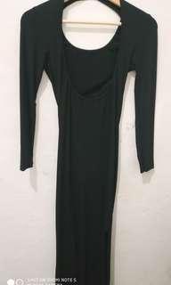 Gaun hitam belahan punggung