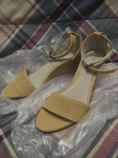 Milani Sandals Size 8