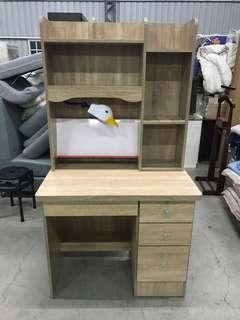 橡木色書桌 書櫃 台燈
