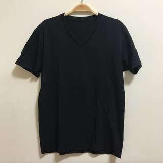 🚚 UNIQLO 黑V領素T#半價衣服市集