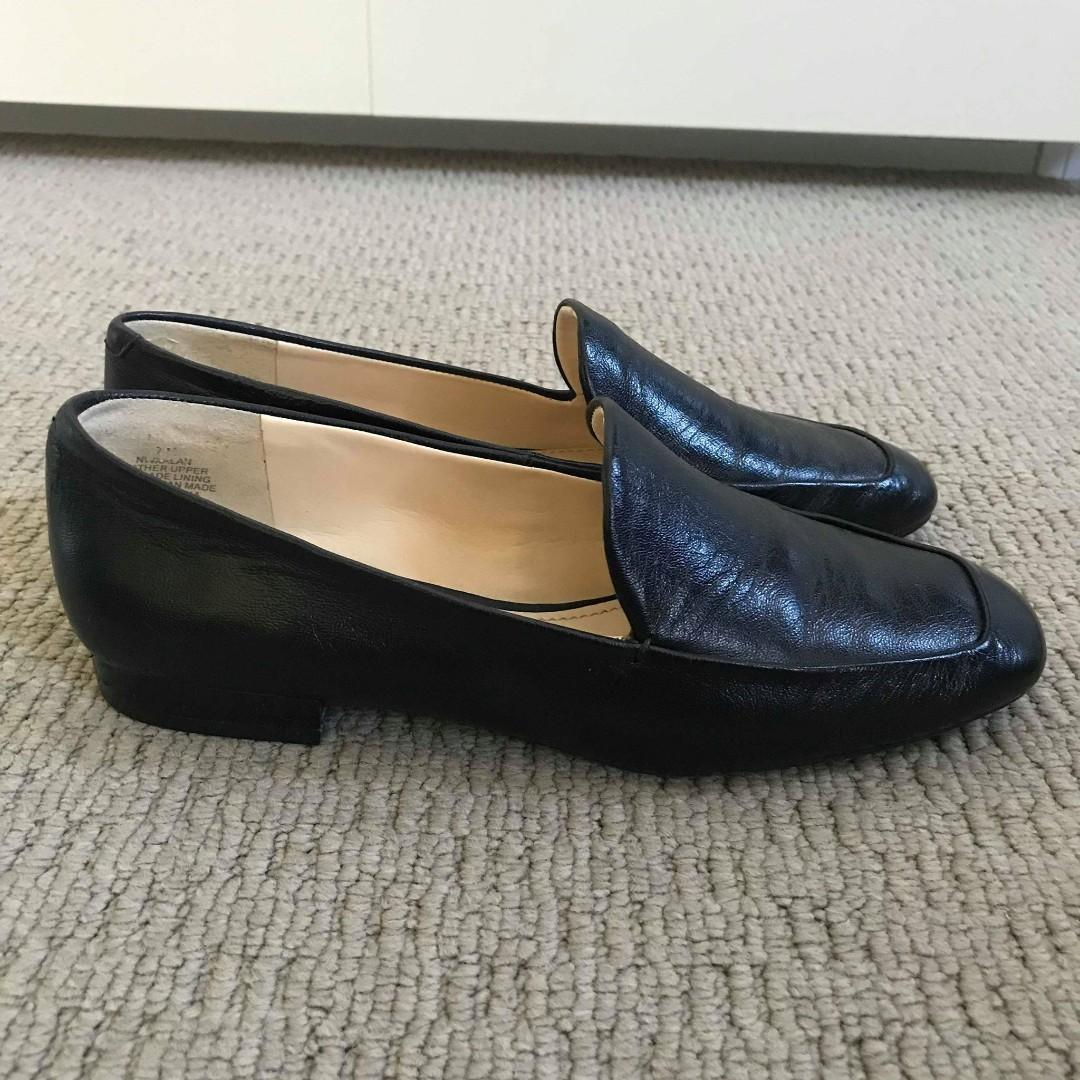 Nine West Black Leather Loafer Flats (Size 7, fits more of a 6)