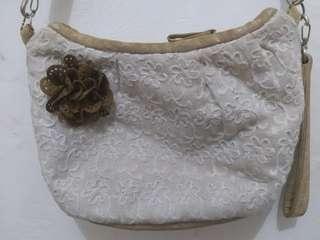 Tas selempang merk threerey warna putih almond