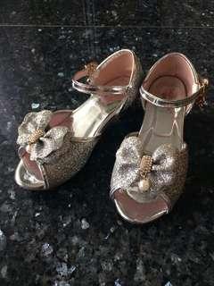 🚚 Girls silver heel shoes
