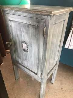 🚚 Distressed wood Side Table