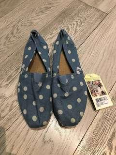 New TOMS flats size 9