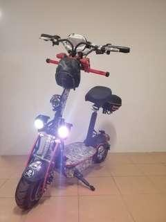 Evo escooter, e scooter. With seat.