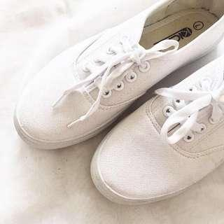 Basic white shoes (size 7)