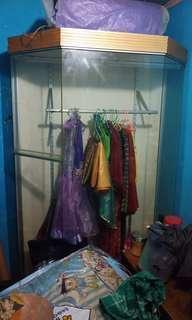 Lemari kaca pakaian
