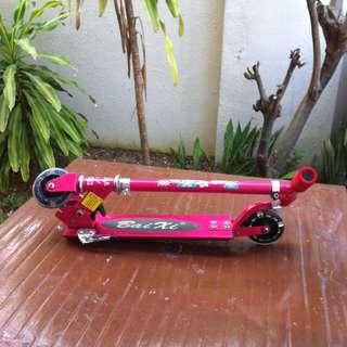 Bai Xi skate scooter. Dimension 70 x 63 x 10cm. When it is collapsed 58 x 14 x 10cm.