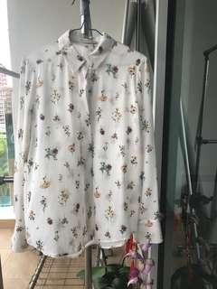 🚚 Lightly worn off-white shirt with muted flower print