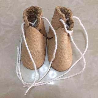 Sepatu boneka kecil