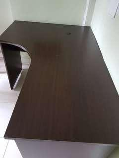 🚚 L-shaped office table