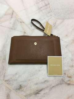 🚚 Michael Kors Women's Leather Wristlet