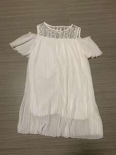 🚚 White cold shoulder pleated dress