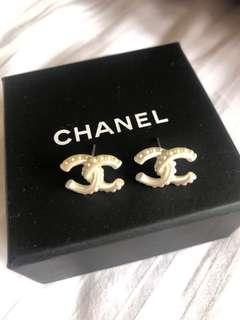 Preloved Chanel pearl CC earrings