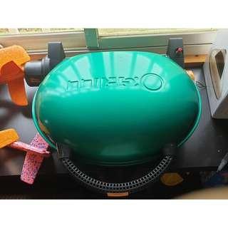 售很新的綠色O-GRILL 1000 美式時尚可攜式瓦斯烤肉爐 燒烤爐 烤肉架 行動烤箱 (附卡式瓦斯轉接頭)