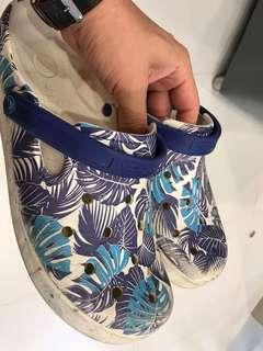 🚚 Beautiful rare Crocs shoes