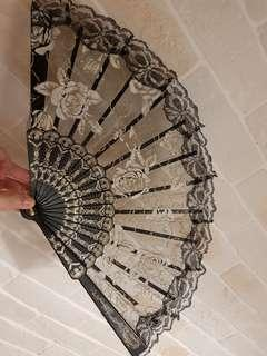 🚚 Black lace hand fan