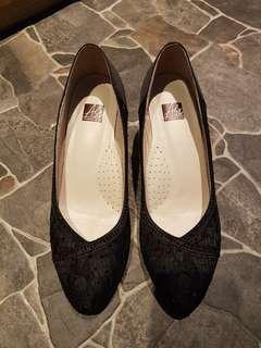 阿瘦 A.S.O 蕾絲緞面 黑色優雅高跟鞋(6.5)