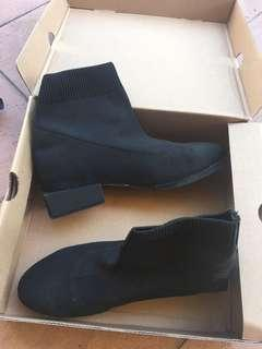 Stretchable boots heel