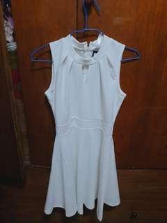 【全新】氣質小V鏤空領傘襬短洋裝白色
