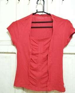 Kaos merah mungil