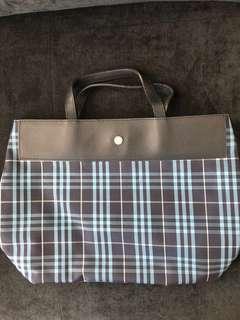 🚚 Burberry Bag. Classic.