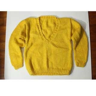 一件鴨黃色手工織打粗針羊毛大毛衣