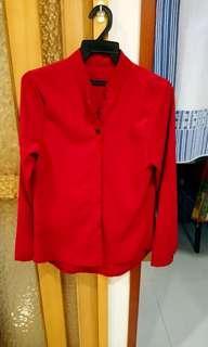 時尚小v領亮紅襯衫(皮膚顯白)