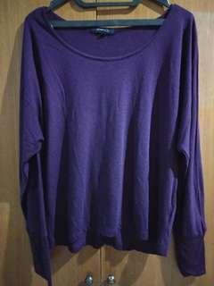 Atasan kaos ungu terong