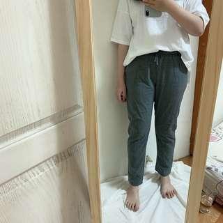 小隻女需要一條灰色「鬆緊」很美西裝褲