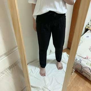 有兩條綁帶可以遮小腹的西裝褲