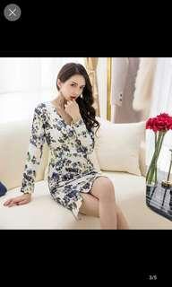 🚚 Floral white v cut dress