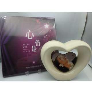 梅艷芳 心仍是 Anita Mui - 想念 懷念 -完結篇 (全新) + 座檯心形陶瓷架 w/梅艷芳 photo