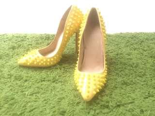 Used CHRISTIAN LOUBOUTIN Pigalle 85 Spikes Yellow Patent Leather Pumps 35