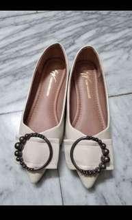 🚚 現貨 超有氣質 質感 米白 杏色 鑲鑽飾品 尖頭平底鞋
