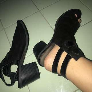 Sepatu heels semi boots hitam bahan bludru suede payless american eagle