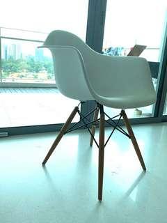 🚚 Eames replica armchair