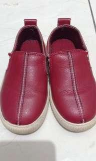 Sepatu anak_merah