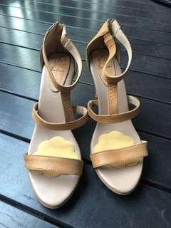 🚚 Tan Leather Heels