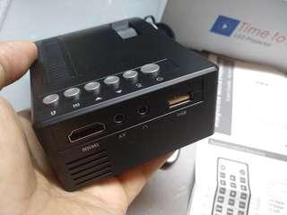 迷你Led projector 投影機 13-60吋大螢幕 usb或12v供電 看電影