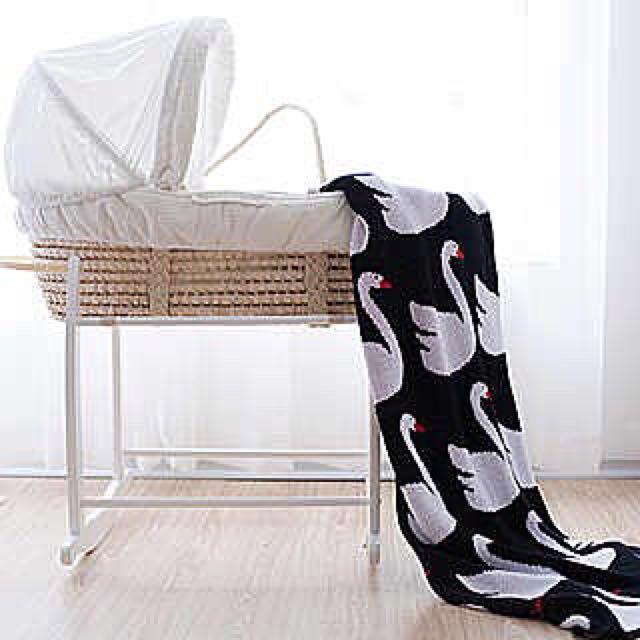 售:寶寶睡籃。(適合1-3個月) 有紋帳。非常乾淨。 便宜賣。由於物品較大、北市可以面交自取